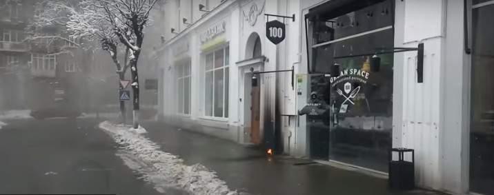 В Ивано-Франковске под двери ресторана подбросили дымовую шашку (видео)