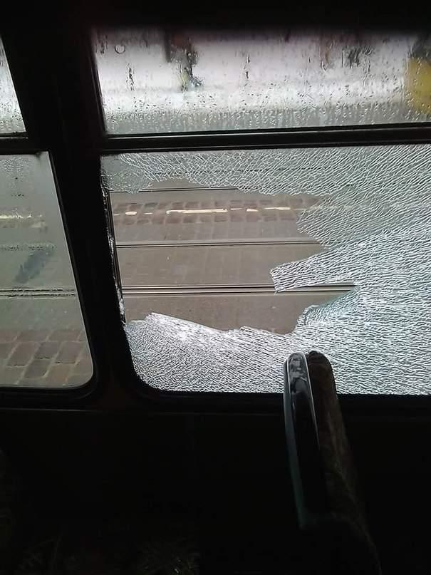 Во Львове в автобусе из-за столкновения с трамваем выбило стекла (фото)