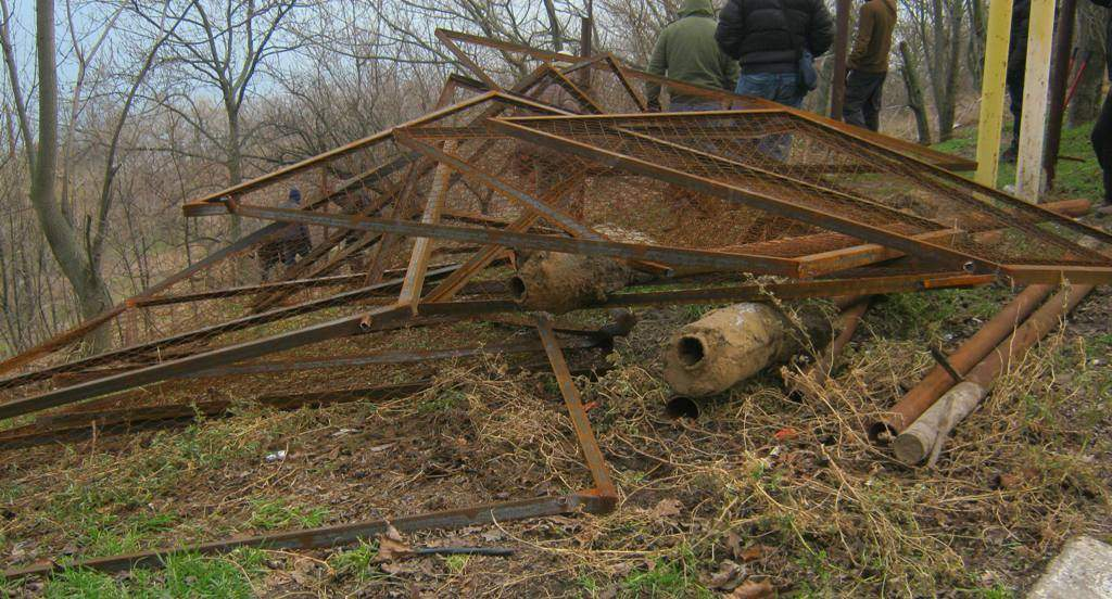 В Одессе эко-активисты снесли незаконно установленный забор у Санаторного переулка (фото)