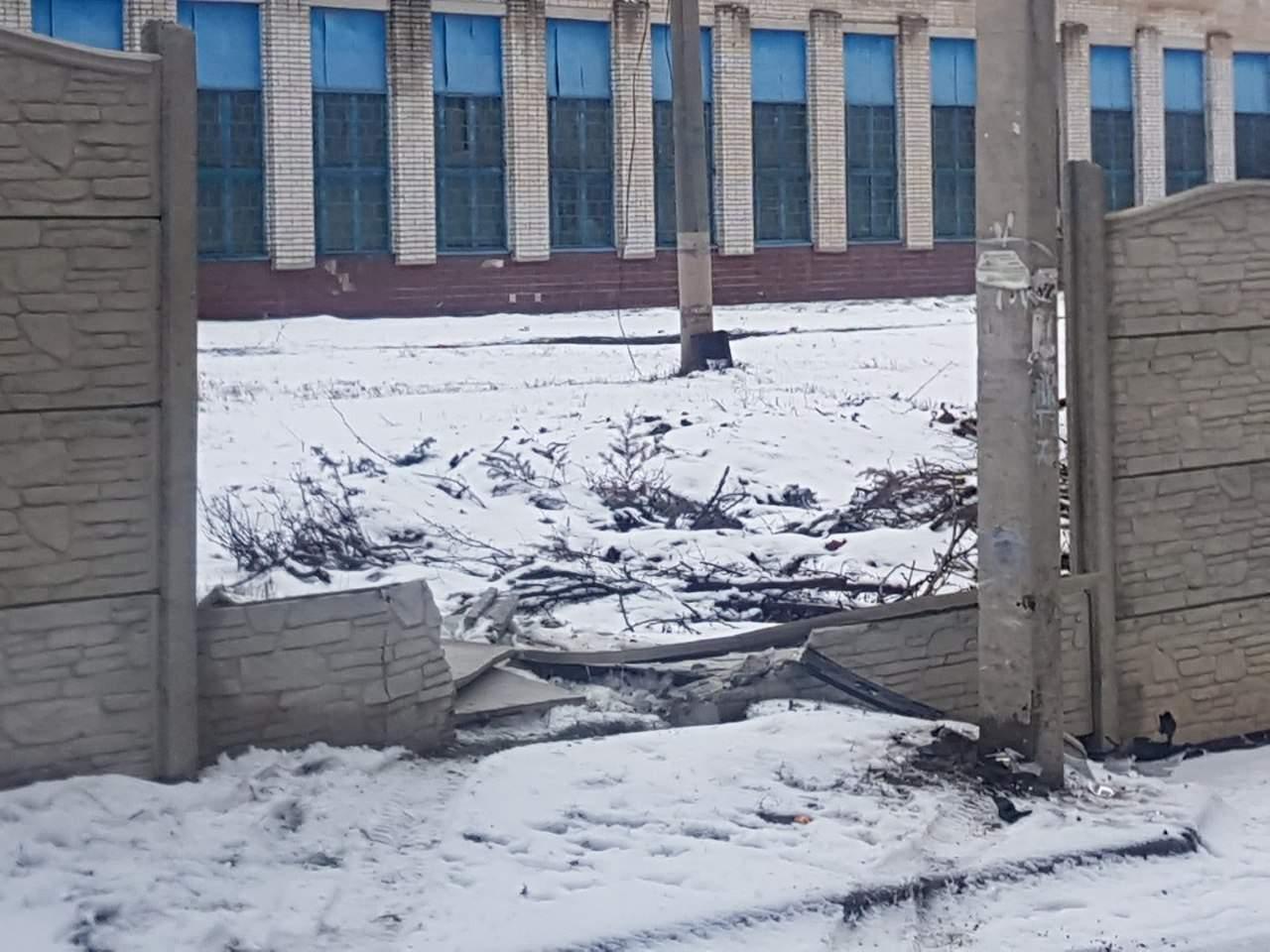 В Харькове водитель легковушки пробил бетонный забор (фото)