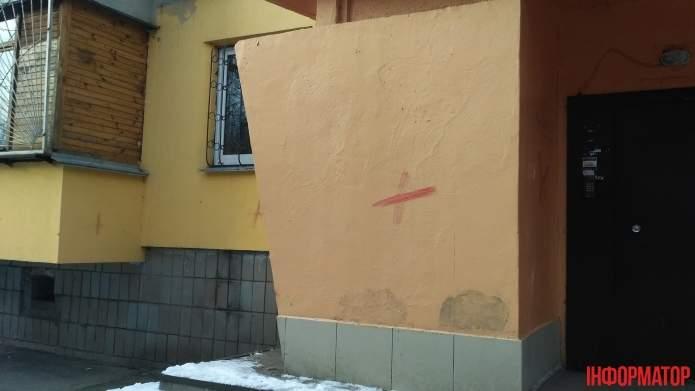 В столице иностранец порезал себе вены и оставил кровавые знаки (Фото)