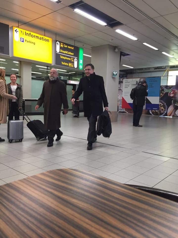 Счастливый и с улыбкой: выдворенного Саакашвили заметили в Нидерландах (фото)