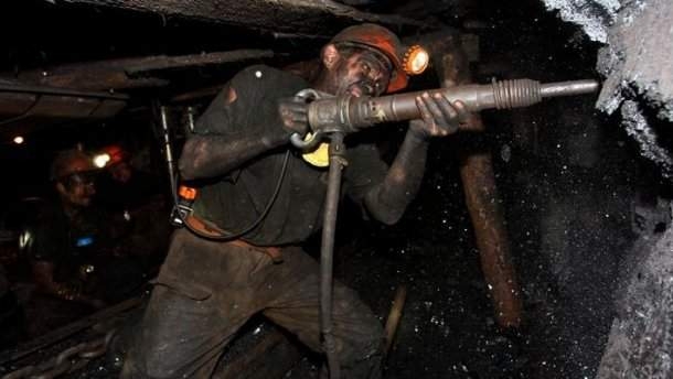 В Донбассе шахтеры устроили акцию протеста и потребовали выплаты долгов по зарплате (фото)