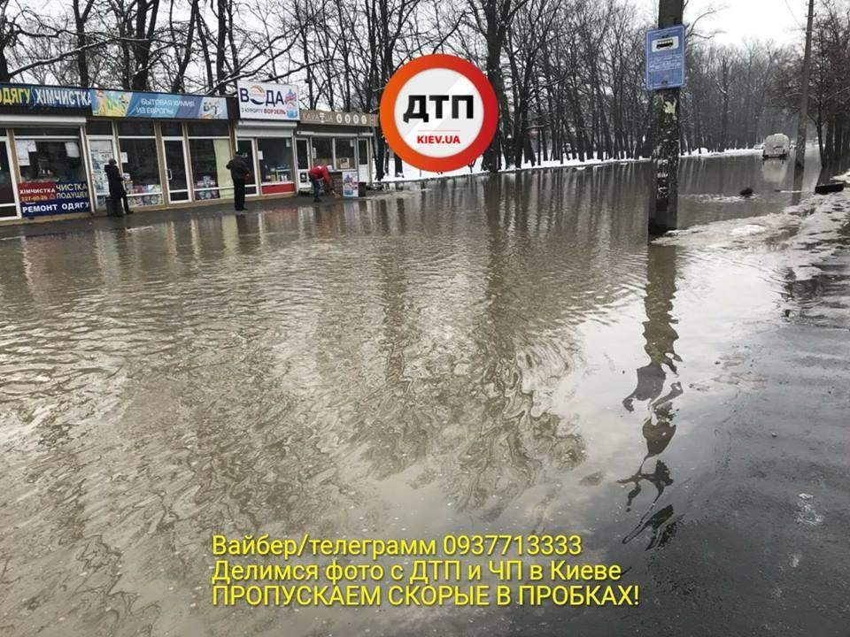 В Киеве из-за прорыва трубы улица