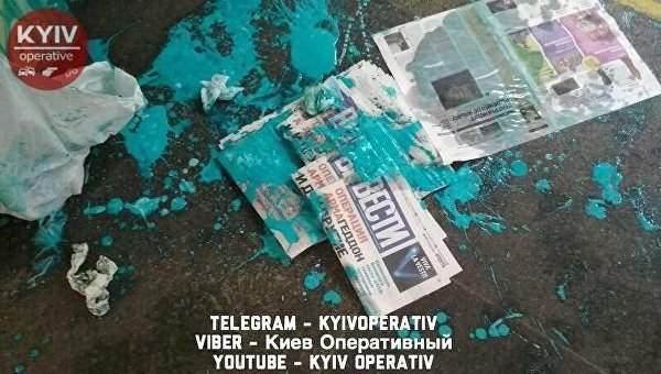 В Киеве неизвестные облили краской девушку, реализующую газету