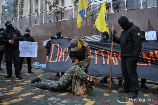 Под стенами консульства РФ в Одессе провели акцию сожжения (Фото)