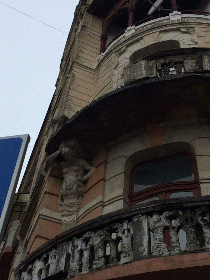 В Ивано-Франковске каменный балкон старого дома рухнул на тротуар (фото)