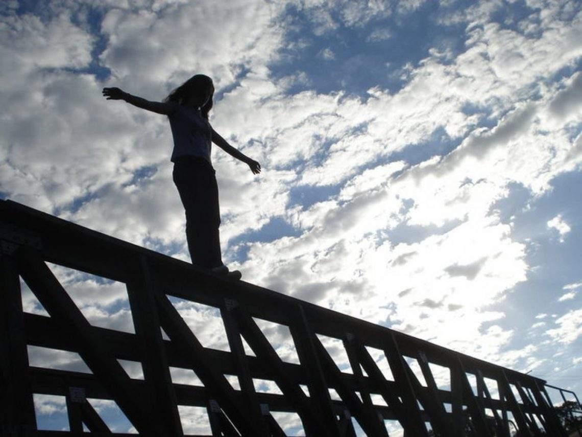 Во Львове  с моста высотой 11 метров прыгнула и выжила  20-летняя девушка