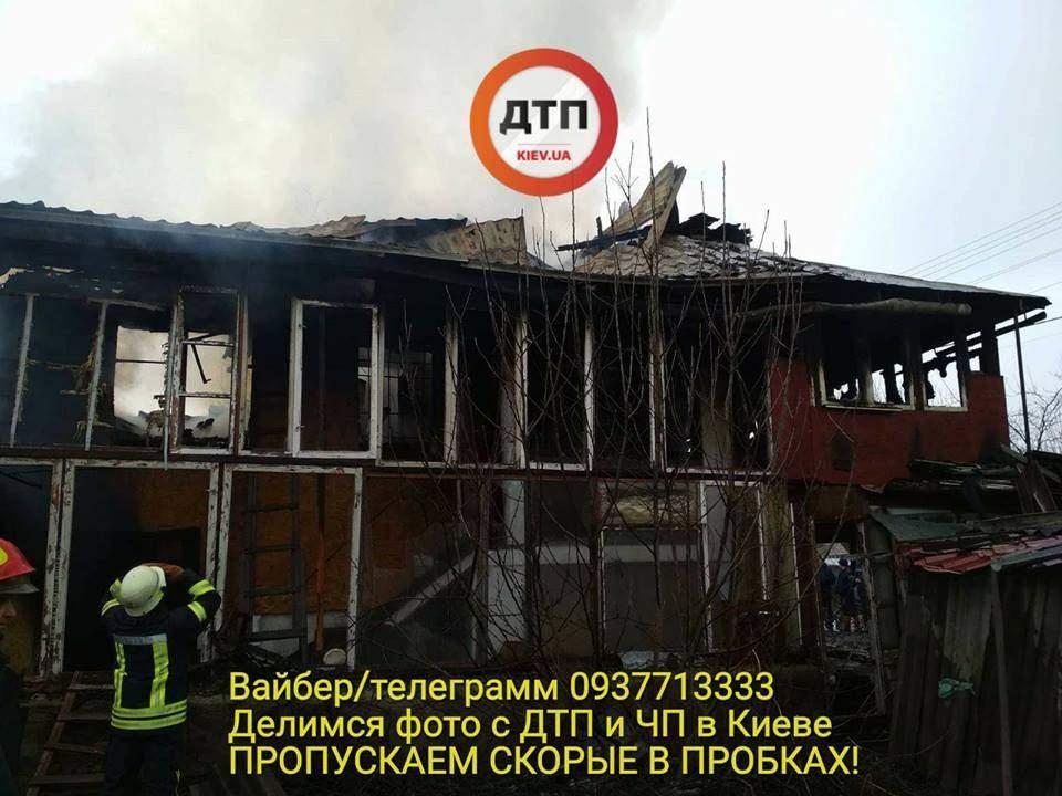 В Киеве произошел пожар повышенной сложности, горел жилой дом (фото)
