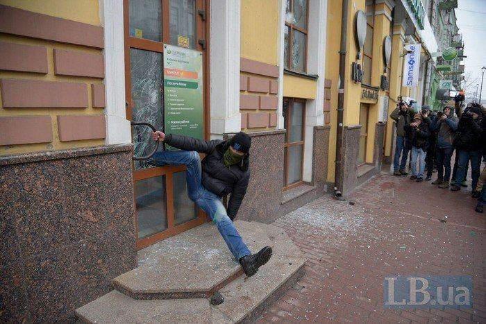 В Киеве националист застрял в разбитом окне