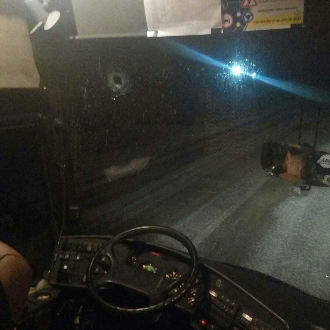 Пьяный мужчина бросил бутылку в лобовое стекло рейсового автобуса