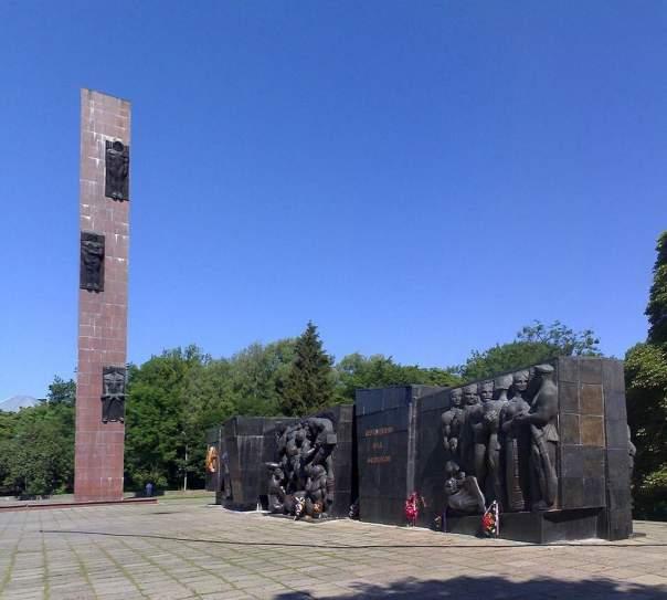 Из-за технического состояния во Львове уберут стелу Монумента Славы