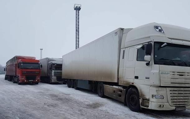 Со стороны России постепенно возобновляется движение грузового транспорта