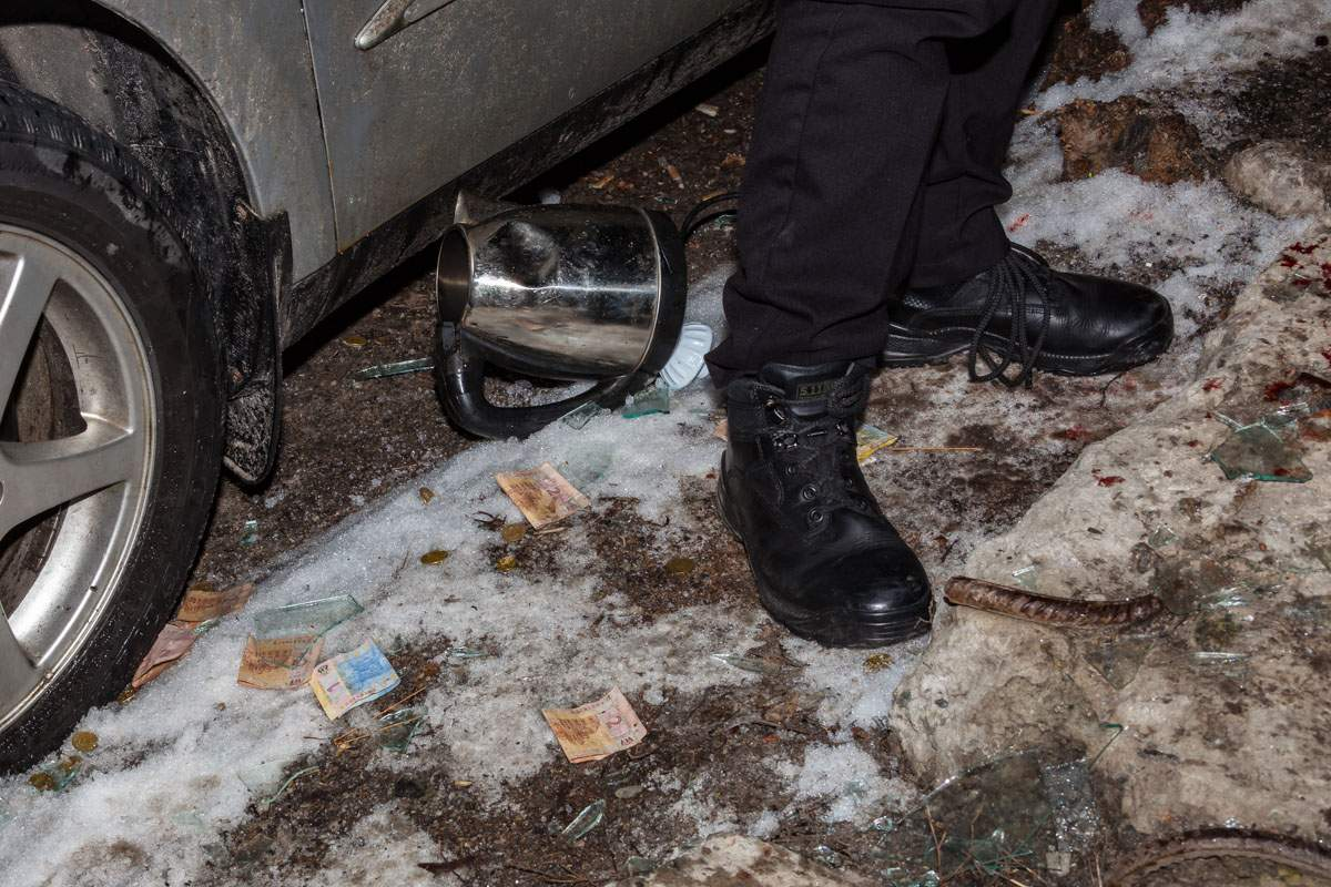 В Днепре обнаженный хулиган устроил погром на одной из парковок (фото)