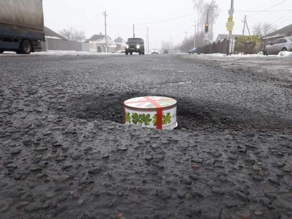 Харьковские автолюбители измерили ямы на дорогах необычным способом (фото)
