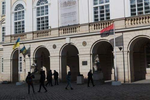 На здании горсовета во Львове вывесили красно-черный флаг