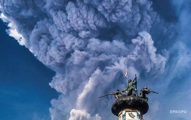 На Суматре произошло извержение вулкана, власти объявили наивысший уровень опасности