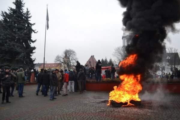 У здания Тячевской РГА произошла потасовка между митингующими и полицейскими (Видео)