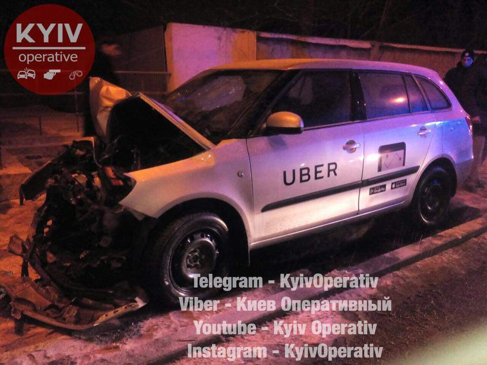 В столице таксист Uber разбился о столб (Фото)