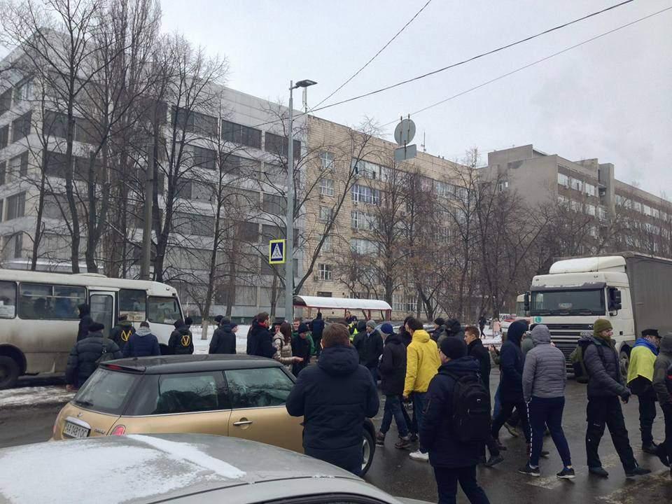 Дело Бузины: под зданием суда жгли шины (Фото)