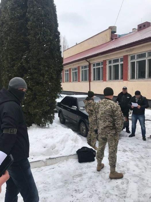В Хмельницкой области СБУ  разоблачила на взятках командира и заместителя одной из воинских частей