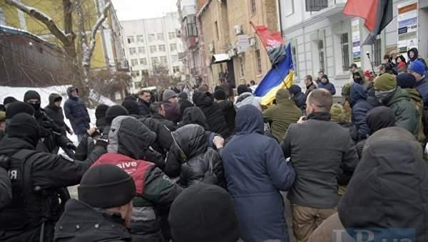 Возле Соломенского райсуда Киева националисты ударили  флагом  Труханова