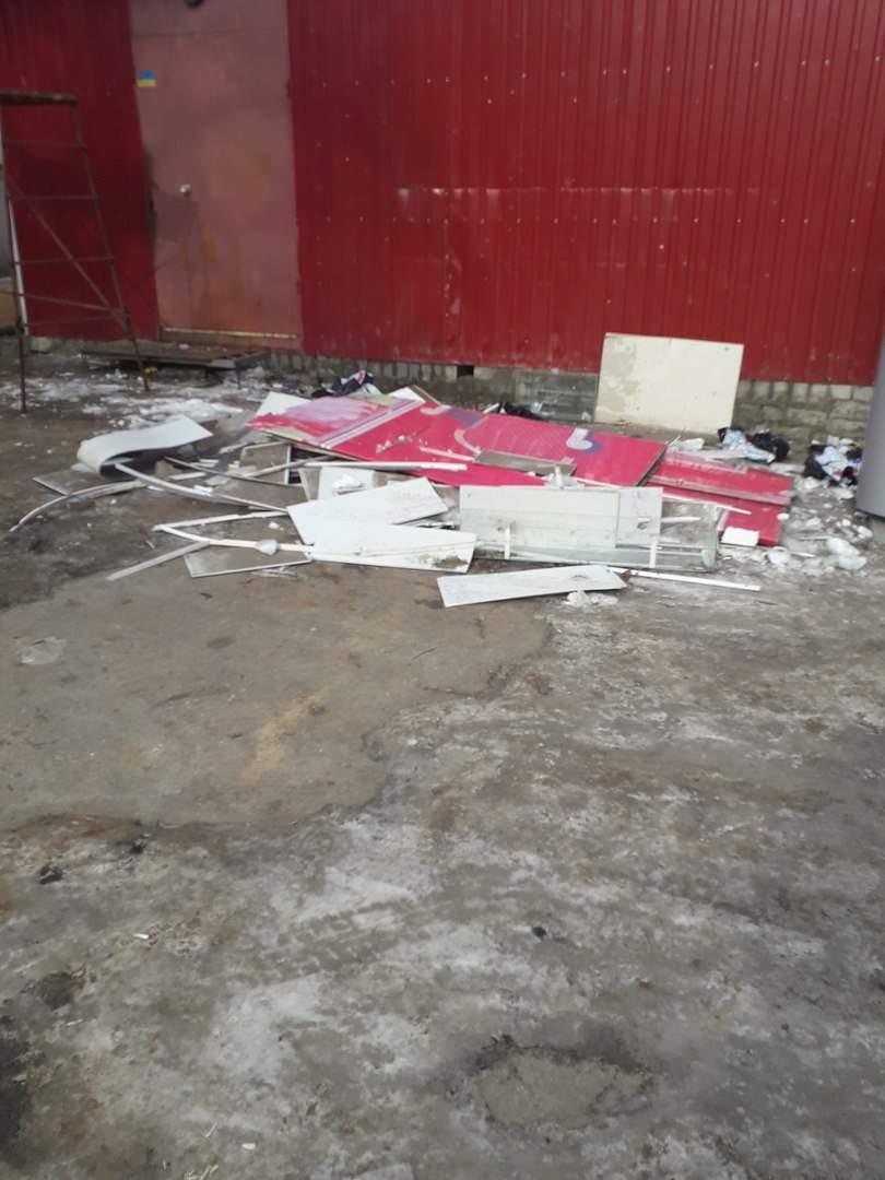 Харьковчане жалуются на гору мусора, которая осталась после демонтажа мясной лавки (Фото)