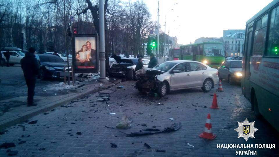 В Харькове столкнулись сразу четыре автомобиля, два человека пострадали