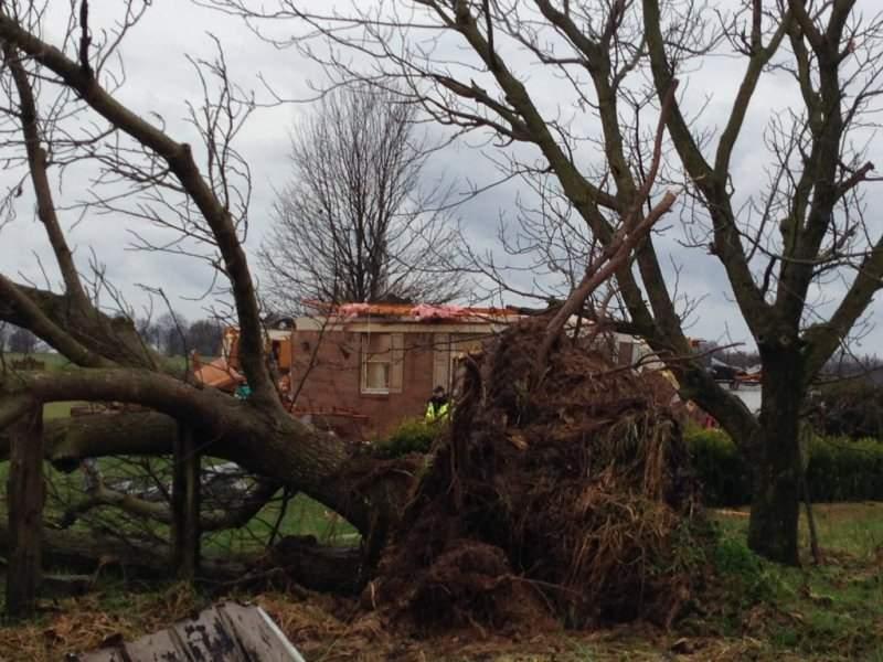 В США на штат Кентукки обрушился мощный циклон с торнадо (фото)