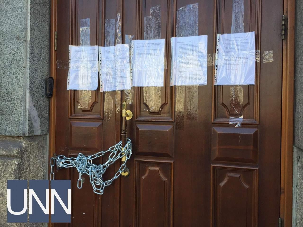 На дверях ректората НМУ им. Богомольца в Киеве появилась железная цепь (фото)
