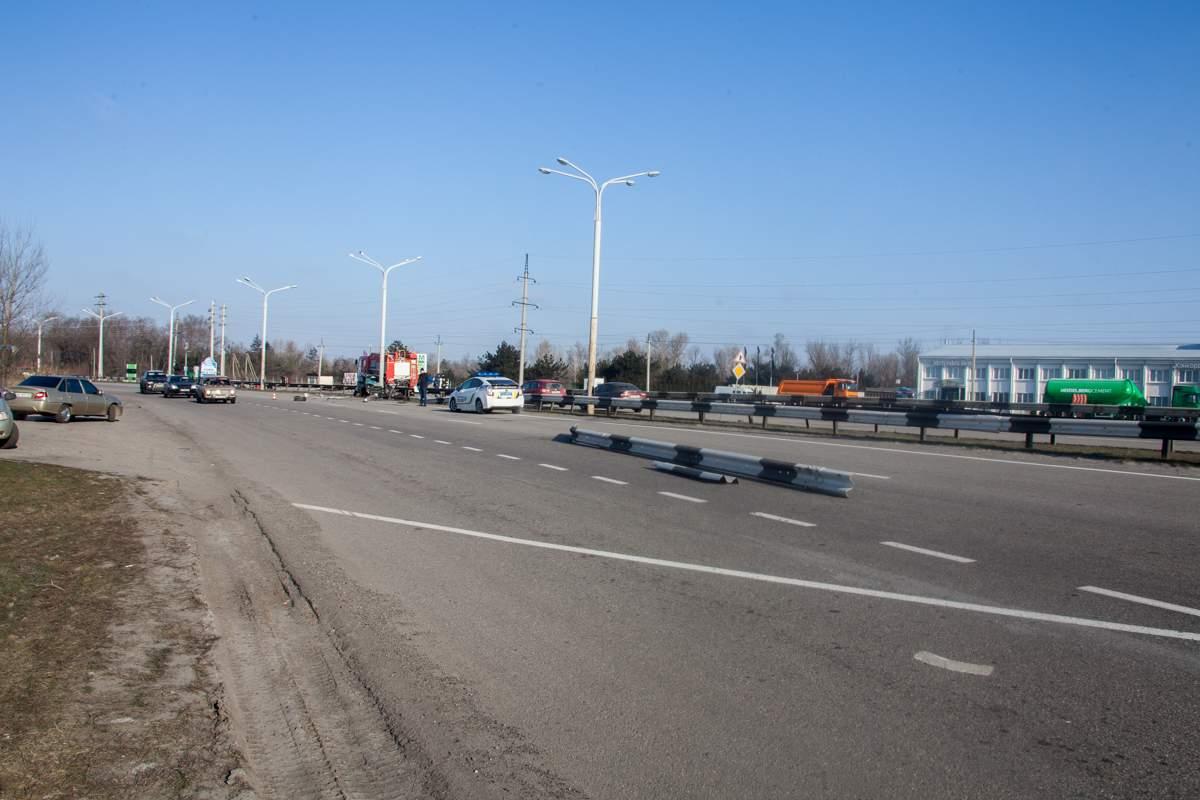 Смертельное ДТП в Днепре: водитель легковушки разбился об столб (фото)