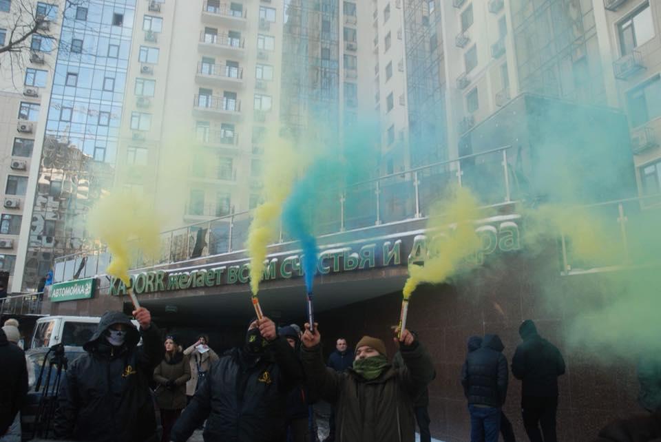 В Одессе националисты облили красной краской консульство РФ (фото)