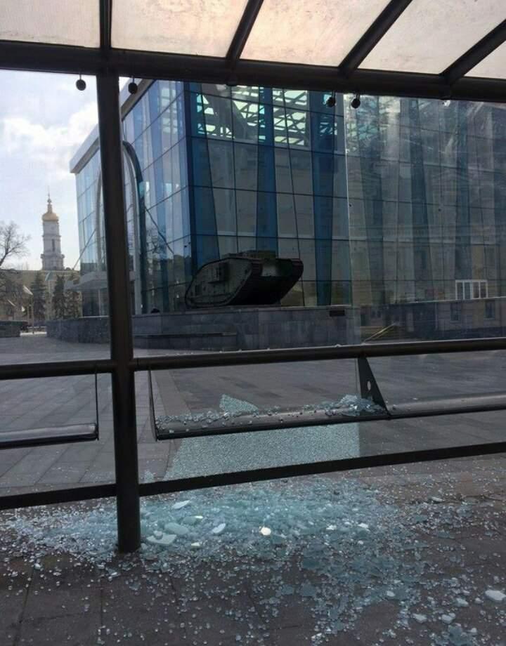 В Харькове пьяные вандалы разбили остановку общественного транспорта (фото)