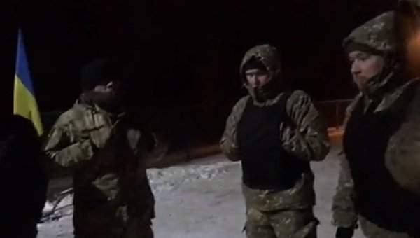 Луценко вышел  с топором к активистам, которые устроили под его домом