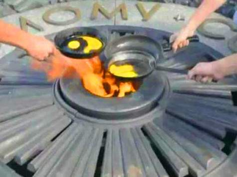 Украинке, осквернившей вечный огонь в Киеве, обязаны выплатить денежную компенсацию