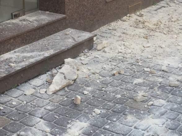 Во Львове девушка пострадала из-за падения на нее фрагмента фасада дома