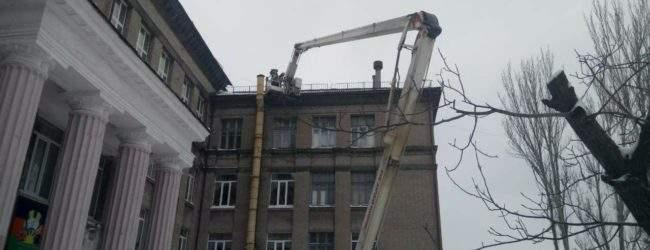 В Запорожье сильным ветром снесло крышу школы (Фото)