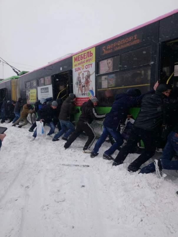Харьковчане толкали застрявший в снегу троллейбус (Видео)