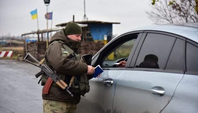 В зоне АТО на контрольных пунктах  в очередях ожидают 300 автомобилей