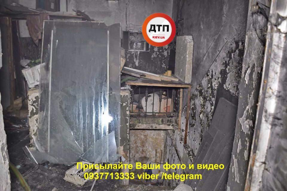 В Киеве сгорел первый этаж многоквартирного дома (фото)