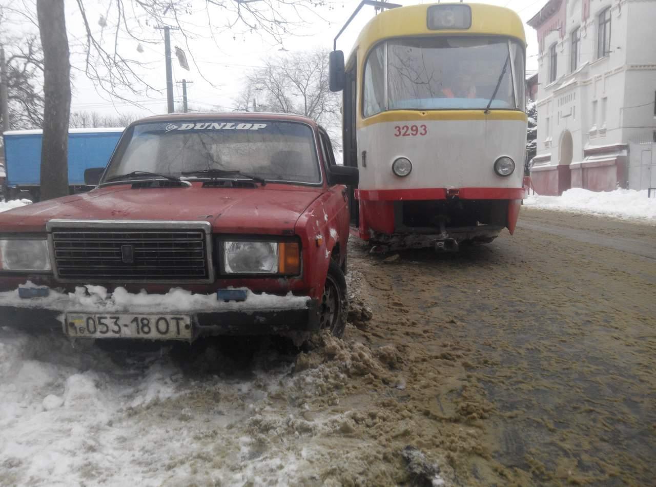 В Одессе водитель припарковал свое авто прямо на трамвайных путях