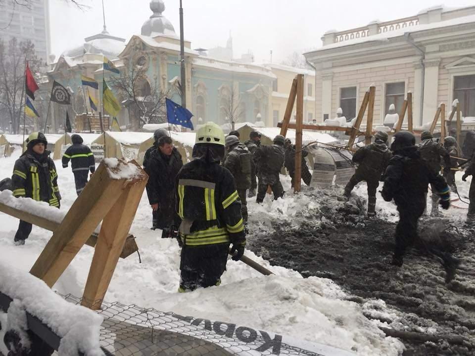 Под Верховной Радой правоохранители  снесли палаточный городок, есть пострадавшие и около 40 задержанных