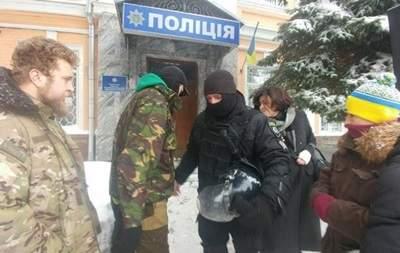 В Киеве около  райотдела полиции, где находятся задержанные активисты, собирается митинг