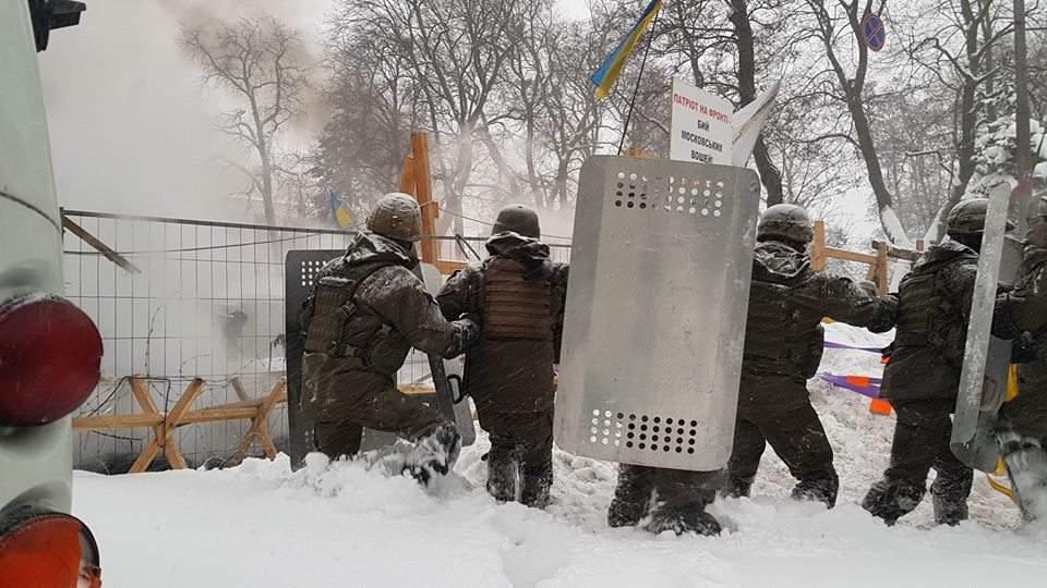 В результате столкновений под ВР госпитализированы семеро правоохранителей (Фото)
