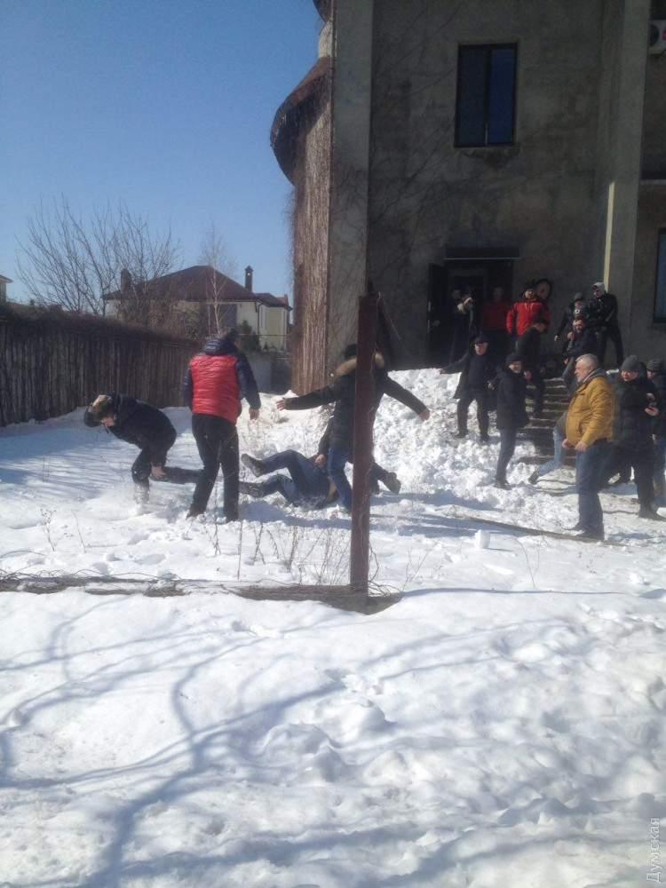 Под Одессой люди в спортивной форме пытались сорвать заседание кооператива в элитном поселке (фото)