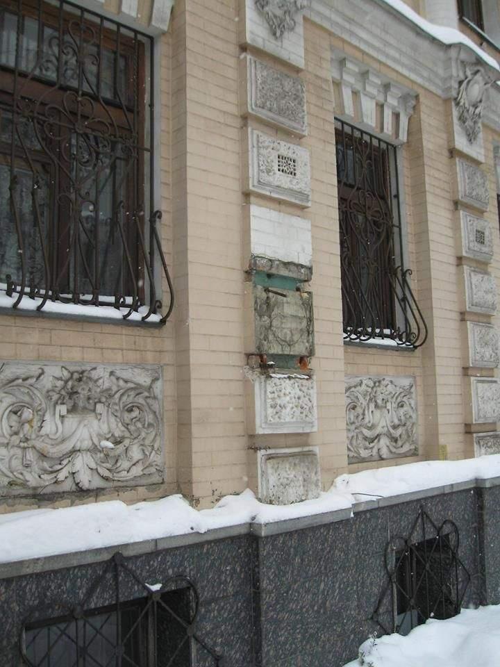В центре Киева неизвестные вандалы украли бронзовый бюст и памятную доску Леси Украинки (фото)