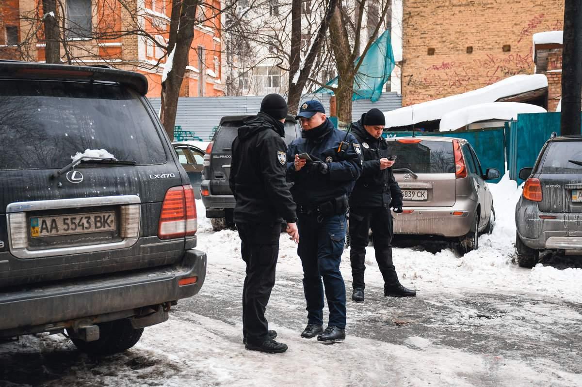В центре Киева в туалете McDonald's неизвестные избили двух полицейских