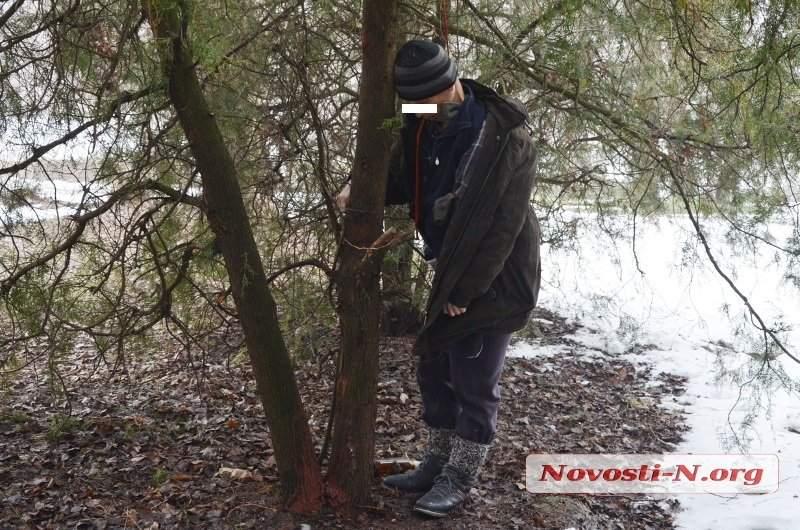 В центре Николаева прямо на улице обнаружили повешенного мужчину (фото)