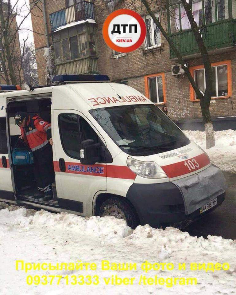 В Киеве посреди тротуара внезапно скончалась женщина (фото)