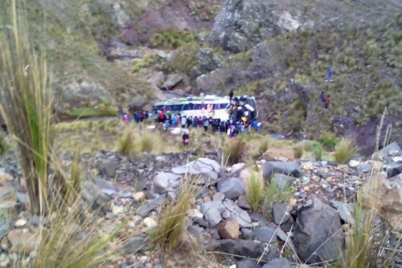 В Перу при падении автобуса с высоты 120 метров погибли 10 человек (фото)